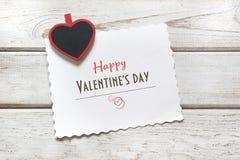 Валентайн карточки s Красная зажимка для белья как сердце и лист с желаниями на деревянной доске скопируйте космос над взглядом Стоковая Фотография RF