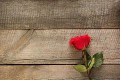 Валентайн карточки s Красные розы на деревянной доске closeup Взгляд сверху Стоковое Изображение