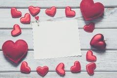 Валентайн карточки s Красные сердца ткани с листом для вашего текста на белой деревянной доске Винтажное влияние Стоковая Фотография RF