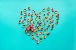 Валентайн карточки s Символ сердца сделанный высушенных роз на голубой предпосылке Взгляд сверху, плоское положение скопируйте ко Стоковое Изображение