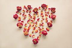 Валентайн карточки s Символ сердца сделанный высушенных роз на винтажной предпосылке Взгляд сверху, плоское положение Концепция,  Стоковое фото RF