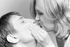 Валентайн пар s дня целуя Стоковая Фотография