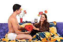 Валентайн подарка пар спальни Стоковое фото RF