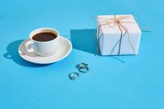 Валентайн приветствию s дня карточки Белая кофейная чашка и подарочная коробка дальше Стоковое Фото