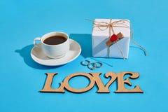 Валентайн приветствию s дня карточки Белая кофейная чашка и подарочная коробка дальше Стоковые Фотографии RF