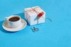 Валентайн приветствию s дня карточки Белая кофейная чашка и подарочная коробка дальше Стоковая Фотография