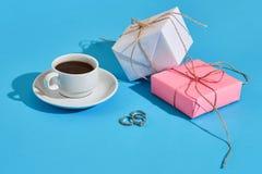 Валентайн приветствию s дня карточки Белая кофейная чашка и подарочные коробки o Стоковое фото RF
