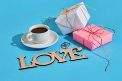 Валентайн приветствию s дня карточки Белая кофейная чашка и подарочные коробки o Стоковые Изображения RF