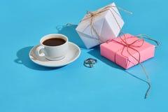 Валентайн приветствию s дня карточки Белая кофейная чашка и подарочные коробки o Стоковые Фото