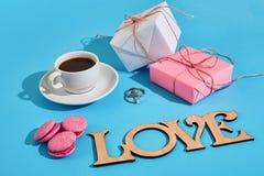 Валентайн приветствию s дня карточки Белая кофейная чашка, розовые macaroons Стоковая Фотография