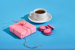 Валентайн приветствию s дня карточки Белая кофейная чашка, розовые macaroons Стоковые Изображения
