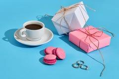 Валентайн приветствию s дня карточки Белая кофейная чашка, розовые macaroons Стоковые Изображения RF