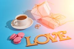 Валентайн приветствию s дня карточки Белая кофейная чашка, розовые macaroons Стоковое Фото