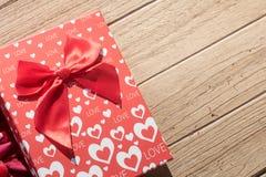 Валентайн приветствию s дня карточки Взгляд сверху на романтичном составе с космосом экземпляра подарочной коробки на деревянной  стоковое изображение rf