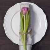 Валентайн приветствию s дня карточки Украшение таблицы свадьбы На белой плите салфетка при красиво связанный тюльпан, посватайте Стоковые Изображения