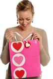 Валентайн удерживания женщины \ 'мешок подарка дня s Стоковые Изображения