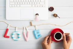 Валентинка и концепция влюбленности, зашитые wi цитаты влюбленности алфавита подушки Стоковые Изображения