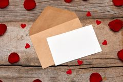 Валентинка любовного письма подняла и в конверт на деревянной предпосылке Стоковое фото RF