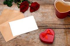 Валентинка любовного письма подняла и в конверт на деревянной предпосылке Стоковые Фотографии RF