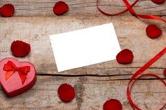 Валентинка любовного письма подняла и в конверт на деревянной предпосылке Стоковые Изображения RF