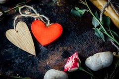 2 валентинка \ 'сердца дня s прыгнули togerher Валентинка \ 'предпосылка дня s Стоковая Фотография