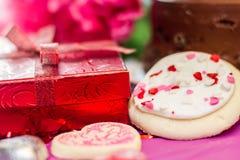 Валентинки торт и печенья с настоящим моментом Стоковое Фото