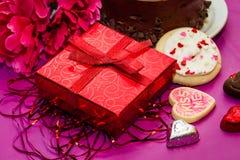 Валентинки торт и печенья с настоящим моментом Стоковое Изображение