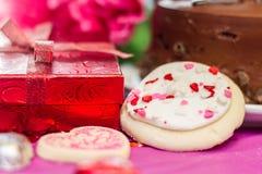 Валентинки торт и печенья с настоящим моментом Стоковое фото RF