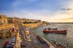 Валлетта, Мальта - восход солнца на грандиозной гавани Валлетты, столицы Мальты с голубым небом Стоковые Фотографии RF