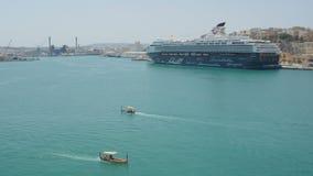 Валлетта, Мальта 4-ое июля 2016 Роскошное туристическое судно Mein Schiff поставленный на якорь на порте Валлетты видеоматериал