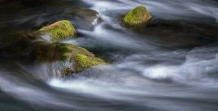 Валуны в быстроподвижном реке горы стоковое изображение rf