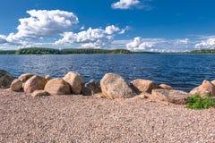 Валуны для усиливать береговой линии озера Seliger, около монастыря Nilov, зона Tver стоковые фото