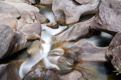 Валуны Babinda в северном Квинсленде стоковое изображение