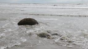 Валуны Moeraki, прибой океана и пустой пляж Новой Зеландии акции видеоматериалы