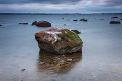 Валун воды пляжа Стоковое фото RF
