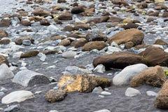 валун на поверхности пляжа Reynisfjara в Исландии Стоковая Фотография