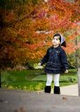 валы красного цвета девушки осени стоковое изображение rf