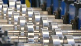 Валы транспортера поворачивают Изготовление стальных продуктов в фабрике Транспортер подает стальные пластины сток-видео