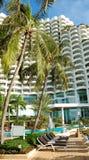 валы sunbeds ладони гостиницы роскошные вниз Стоковые Фотографии RF