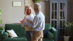 Вальс счастливых романтичных старых старших пар танцуя в живя комнате акции видеоматериалы