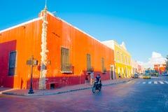 ВАЛЬЯДОЛИД, МЕКСИКА - 12-ОЕ НОЯБРЯ 2017: Внешний взгляд красочные здания в мексиканской улице Центр города Вальядолида Стоковое Изображение RF