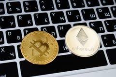Валюта виртуальных монеток Ethereum и Bitcoin финансирует деньги на клавиатуре компьтер-книжки компьютера Дело, реклама, обмен стоковая фотография rf