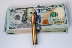 Валюта Соединенных Штатов 100 банкноты и патронов доллара стоковое изображение rf