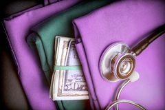 Валюшка доллара денег американского в нянча одеждах стоковые фото
