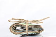 Валюшка счетов евро связанных с веревочкой и помещенных на белизне стоковая фотография rf