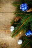 Вал ели рождества с pinecones и украшениями Стоковое Изображение RF