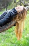 вал красивейшей девушки ветви смеясь над Стоковые Фото