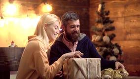 вал подарков на рождество вниз С Рождеством Христовым и с новым годом Пары празднуя в партии Нового Года акции видеоматериалы