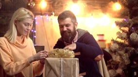 вал подарков на рождество вниз С Рождеством Христовым и с новым годом Пара видеоматериал