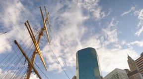 Вал привода корабля и здания Нью-Йорка от пристани 39 Стоковые Фотографии RF